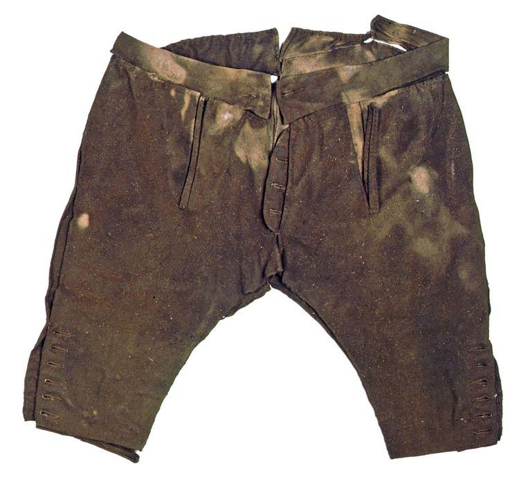 De jagers droegen deze kniebroeken. 'Een lange broek zou beter zijn geweest', concludeert Sandra Comis. Beeld