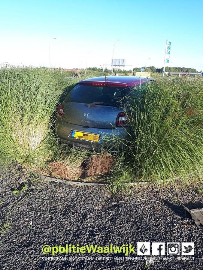 Een auto belandde na een botsing tussen het struikgewas op de Waalwijkse rotonde