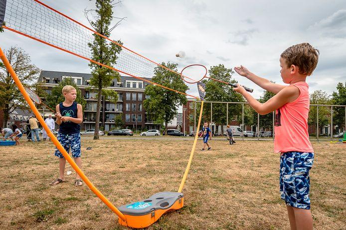 Spelende kinderen in het Vrijheidspark in Maassluis, vorig jaar zomer. Het park is nu in de avond en nacht verboden gebied.