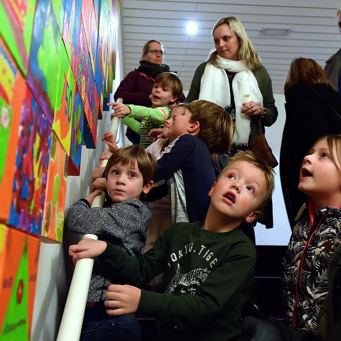 Na onthulling van het kunstwerk gemaakt door 750 roosendaalers kon je je eigen kunstwerkje zoeken in de trappenhal van de kring.