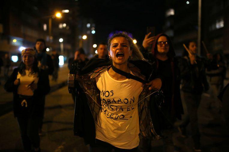 Een demonstrant betoogt in Bogotá tegen het regeringsbeleid. Op haar T-shirt staat: 'Ze hebben ons zelfs onze angst afgenomen.' Beeld REUTERS