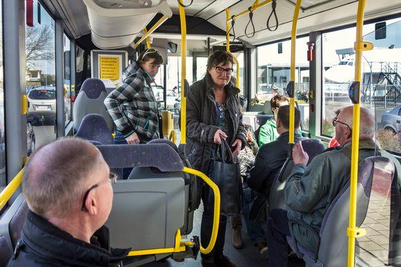 Het geldt schijnbaar niet voor de passagiers van De Lijn op deze archieffoto, maar 12% voelt zich vaak of altijd onveilig op de bus. Al ligt dat gevoel hoger dan de werkelijke onveiligheid.