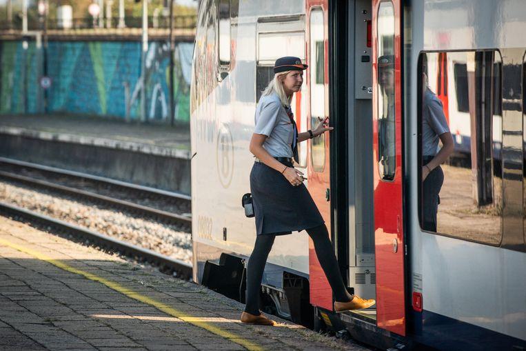De NMBS zoekt onder meer nieuwe medewerkers voor de klassieke treinberoepen, zoals 470 treinbestuurders en 240 treinbegeleiders en (onder)stationchefs.
