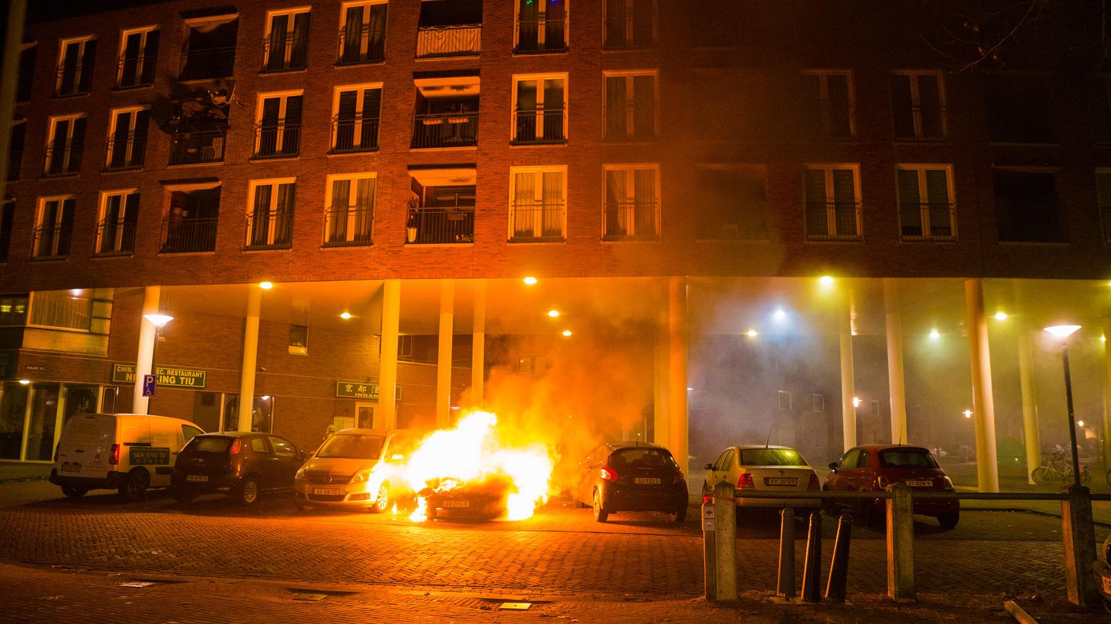 Weer een autobrand in Deventer, de dertiende in een paar maanden tijd. Nu is een auto op de Beestenmarkt volledig uitgebrand.