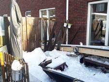 Dakgoten vallen naar beneden door hevige sneeuwval in Apeldoorn