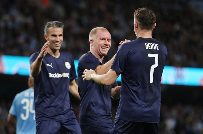 Robbie Keane viert de 1-1 met Van Persie (l) en Scholes (m).