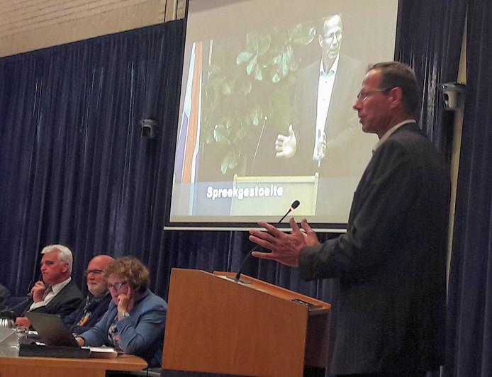 Teun Biemond (PHTB) liet in het debat over de herziening van het bestemmingsplan buitengebied van Maasdriel een tegendraads geluid horen.  Op de achtergrond verantwoordelijk wethouder Peter de Vries.