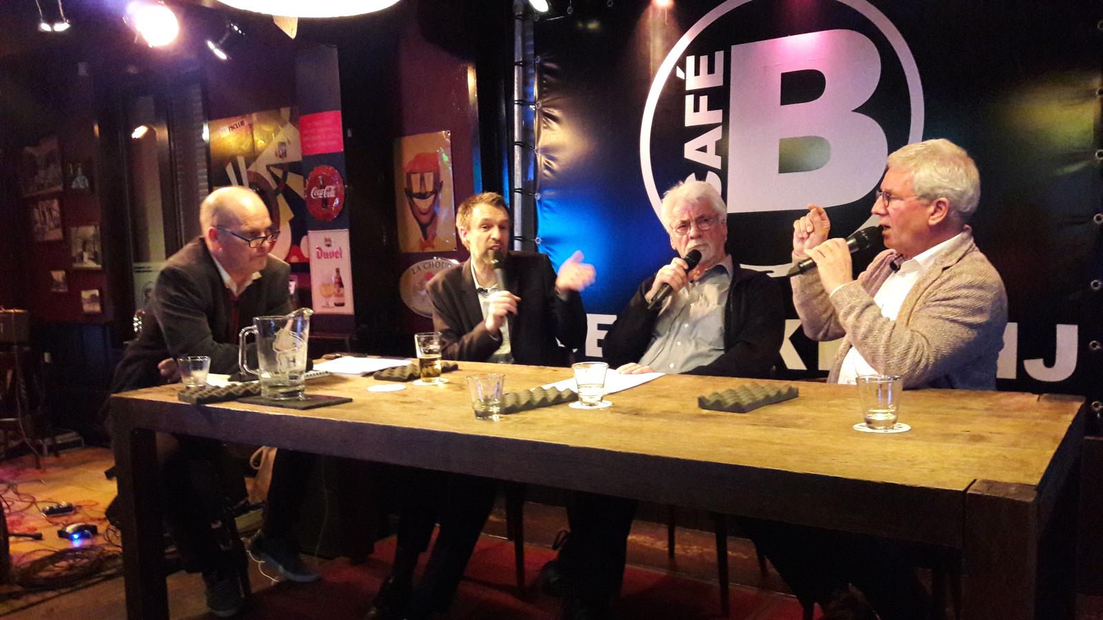 Café-talkshow De Bakkerij Rolt Deur in Zevenbergen, met links presentator Toine Rongen en tweede van recht burgemeester Jac Klijs van de gemeente Moerdijk.