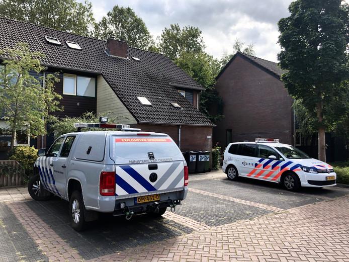 Politie en Explosieven Opruimingsdienst Defensie (EOD) bij een woning aan de Tichelkuilen in Zutphen.