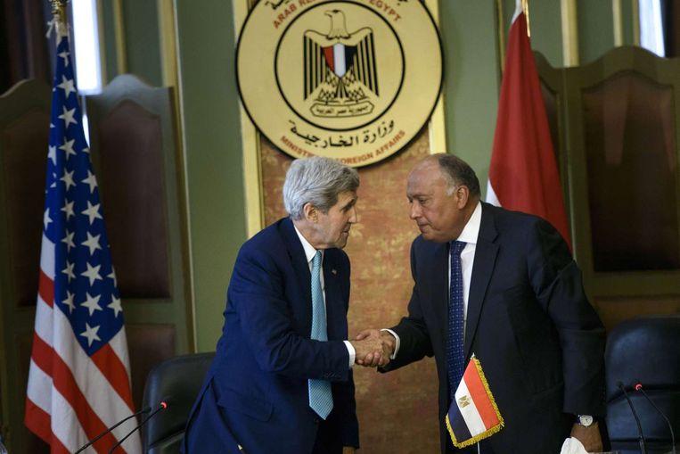 Staatssecretaris John Kerry van de Verenigde Staten schudt de hand van de Egyptische Minister van Buitenlandse Zaken, Sameh Shoukry, in Caïro. Beeld anp
