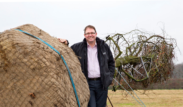 Pieter van den Berk bij een boom met wortelpakket.