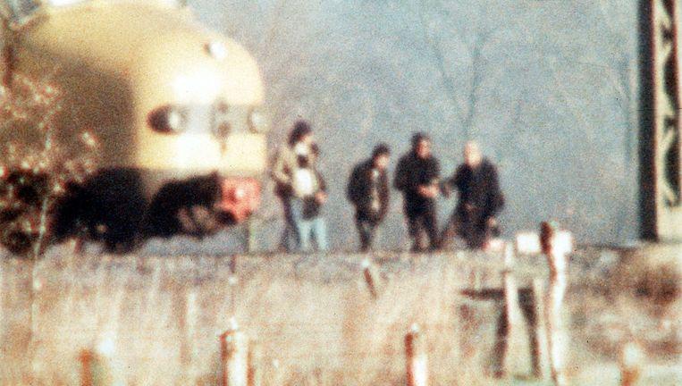14 december 1975: Molukse gijzelnemers voor de trein bij Wijster Beeld ANP