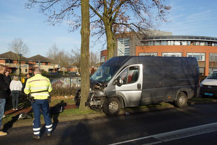 De bestuurder werd zwaargewond naar het ziekenhuis vervoerd.