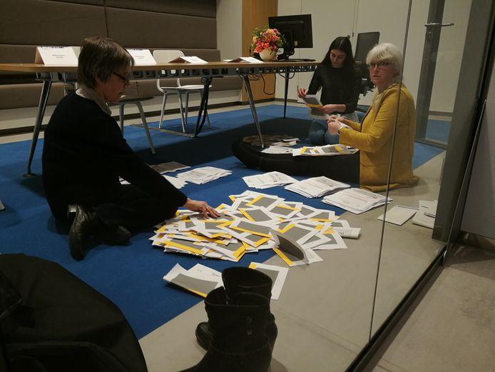 Stemmen tellen, in één van de Almelose stembureau's.