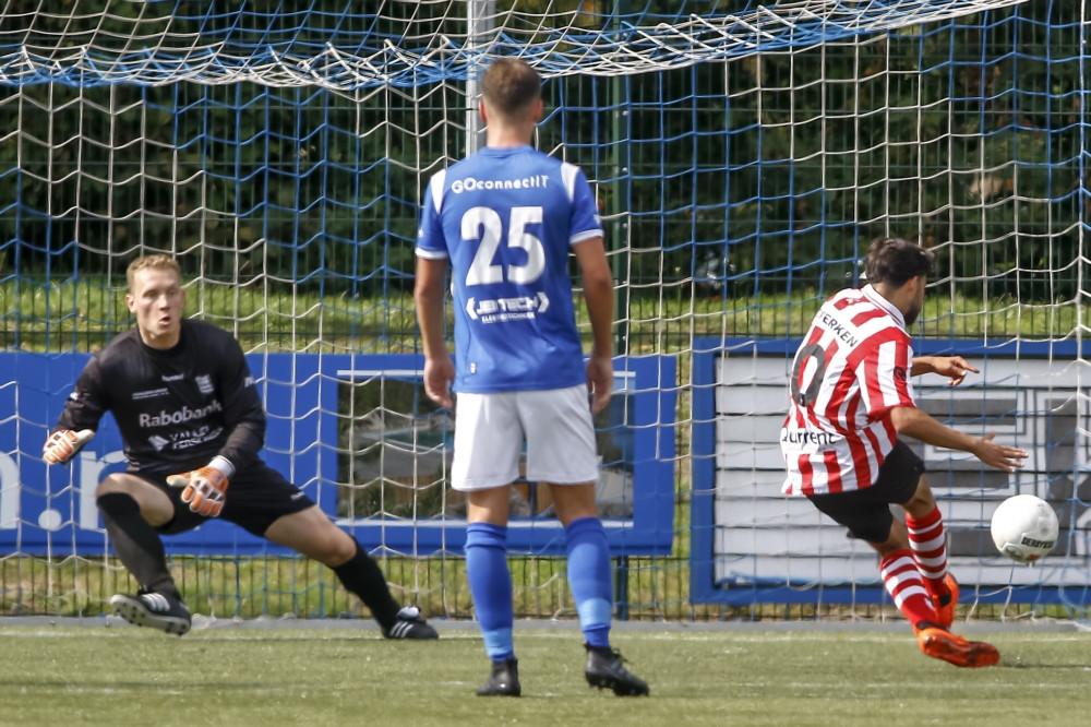 Ayoub Boukhari schiet een strafschop binnen namens Jong Sparta tegen GVVV.