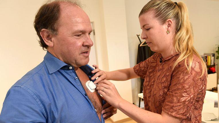 Voor het experiment rond 'stress op het werk' krijgt Vlaams minister Philippe Muyters speciale draagbare sensoren op het lichaam gekleefd. Die moeten enkele dagen gedragen worden en worden ook gelinkt aan gps, mail, telefoon, ...