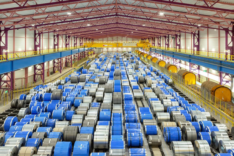Opslaghal voor rollen staal bij Tata Steel in IJmuiden.