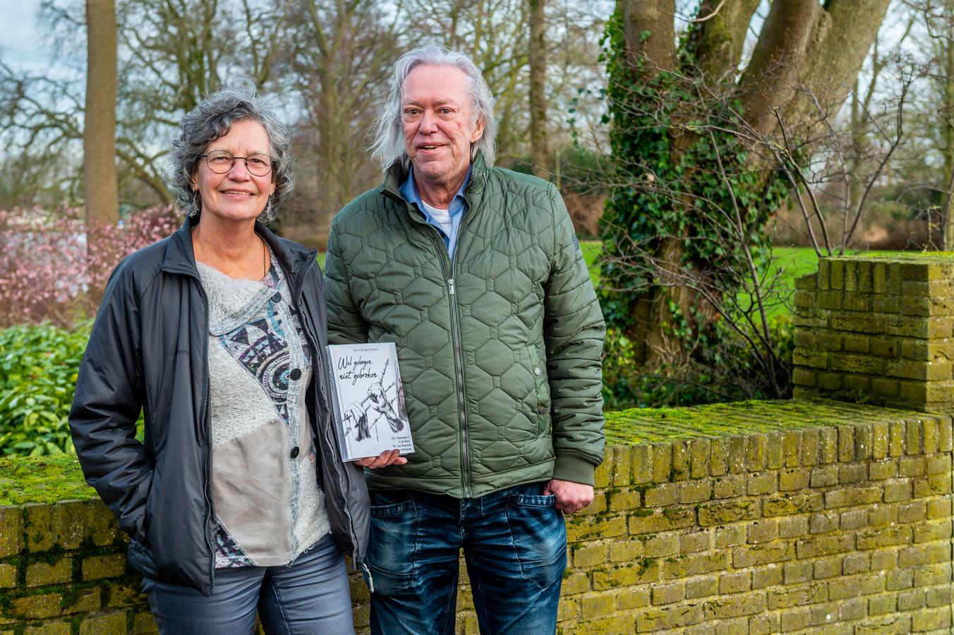 Betty Bastiaans, Carel de Mari en Theo van Bemmel (niet op de foto) schreven het boek over verzetsstrijder Henk Bastiaans, die tijdens de Tweede Wereldoorlog acht concentratiekampen overleefde.