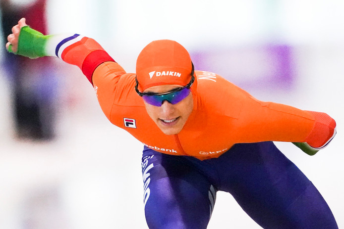 Sebas Diniz uit Borne in actie op de 100 meter tijdens de eerste grote internationale schaatswedstrijd ooit op IJsbaan Twente: de World Cup voor junioren.