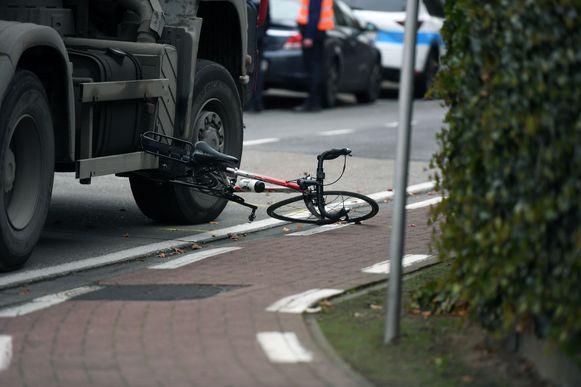 De verhakkelde fiets naast de vrachtwagen.