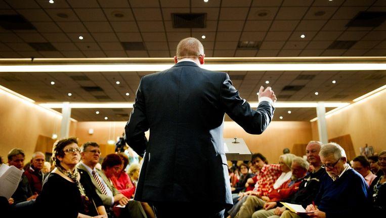 PvdA-leider Diederik Samsom praat met partijleden over de plannen van zijn partij. Beeld anp