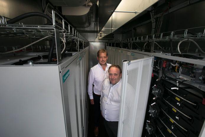 Sander Drissen (voorgrond) en Menno Kleingeld in de container vol met batterijen. Deze staat op het terrein van VDL ETG in Eindhoven.