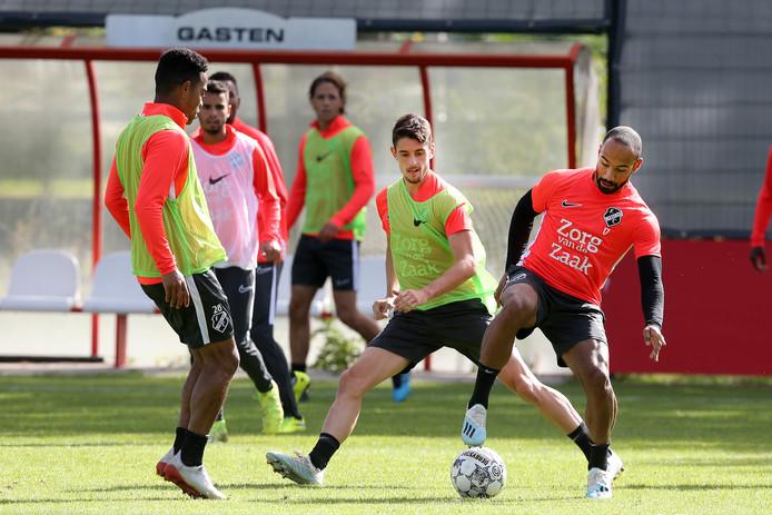 FC Utrecht op de afsluitende training voor het duel met FC Emmen. In het midden Adrián Dalmau, die morgen zijn eerste basisplaats heeft.