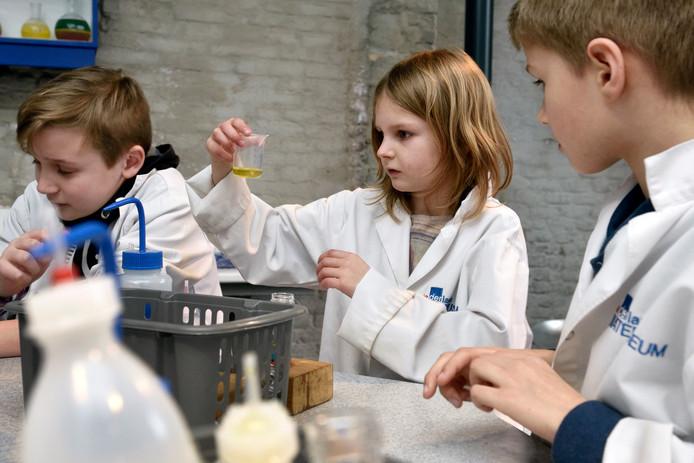 Kinderen bezig tijdens de workshop 'Stapel op chemie' in het Watermuseum, in 2016.