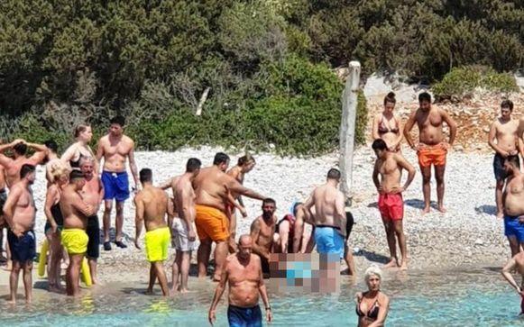 Op het strand probeerden redders en andere toeristen E. V. (55) tevergeefs te reanimeren.