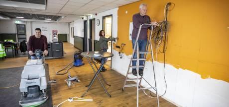 Nieuwe bar pronkstuk Kulturhus De Mare in Noord Deurningen: 'Vrijwilligers doen voorwerk en besparen zo veel geld'