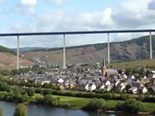 Omstreden Duitse brug open: hoger dan Dom van Keulen maar nu al twijfels over nut
