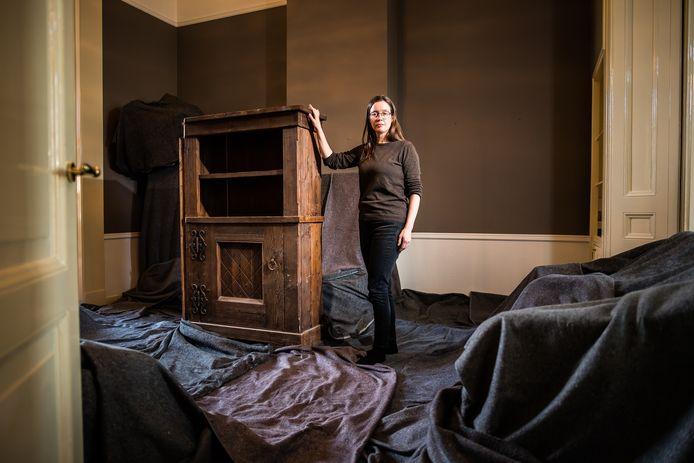Heidi Linck bij de 'boekenkast van de Duitse bunkerbouwer' in de voormalige woning van de Joodse familie Nathans.