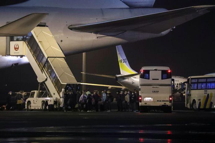 Les passagers du navire embarquent dans l'avion