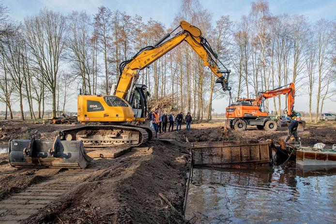 De werkzaamheden zijn gestart bij de historische wateren op Zonneland bij Nispen. Samen met Brabants Landschap is Pollux Uitzendbureau gestart met het herstellen van het historische zwembad. Foto: Pix4Profs/Peter Braakmann