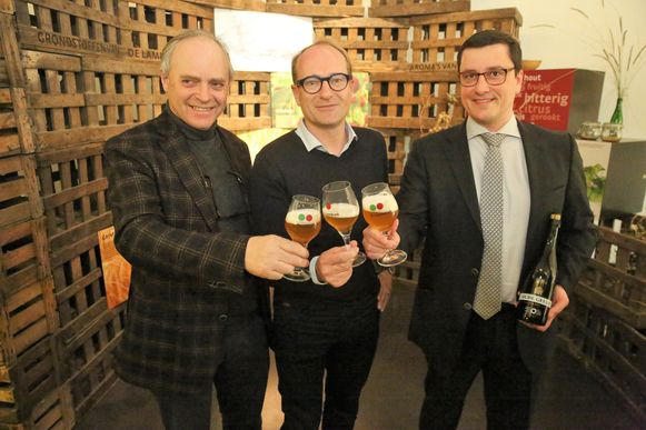 Frank Boon klinkt met Vlaams minister voor Toerisme Ben Weyts (N-VA) en de nieuwe voorzitter van HORAL Gert Christiaens op een twaalfde editie van de Toer de Geuze met een glas Megablend 2019.