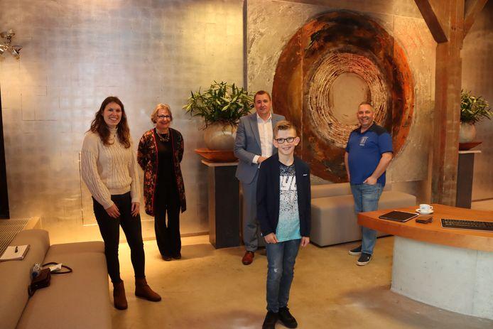 Kris Rottier is de eerste kinderburgemeester van Borsele. Achter hem staan de juryleden Brechtje den Toonder, Marga van de Plasse, Gerben Dijksterhuis en John de Kaart.