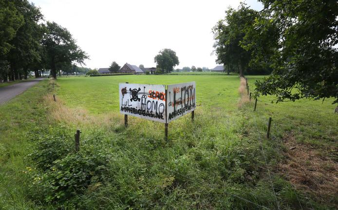 De geplande mestvergister zette de verhoudingen in Klarenbeek op scherp. Tegenstanders plaatsten protestborden, die vervolgens werden beklad.