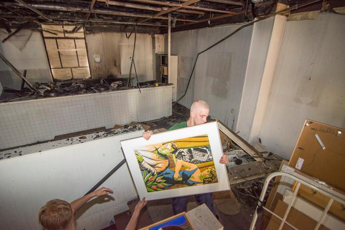 Door brand bij de Kunstuitleen winkel aan de St. Jacobstraat in Utrecht moeten alle kunstwerken het pand uit. Een verhuisbedrijf is ingezet om de 3.500 schilderijen te vervoeren naar een tijdelijke locatie in Leiden.
