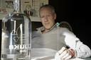 Skully Gin. Koen Smulders. Voor de foto heeft hij de diamant uit de fles gehaald.