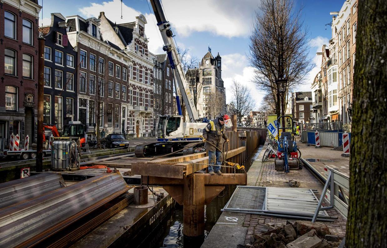Grote delen van de kaders en oevers in Amsterdam moeten worden gerenoveerd. Beeld ANP