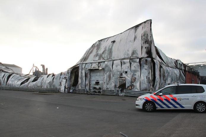 Het voormalige pand van groenteverwerker Hessing brandde maandagnacht tot de grond toe af. De politie doet verder geen onderzoek naar de oorzaak van de brand.