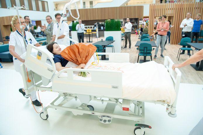 De pas bevallen mevrouw Walgori is de eerste patiënt die verhuist naar het nieuwe ziekenhuis in Hardenberg.