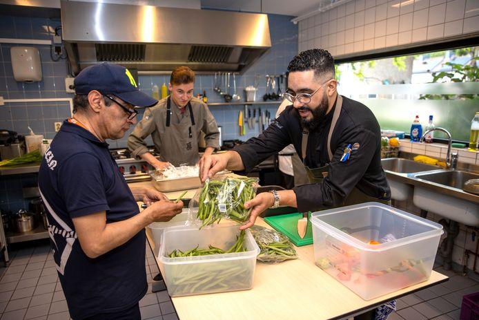 Bahattin Isiktas, Rodin van Zanten en Mounir Toub bezig met de voorbereidingen voor het koken.