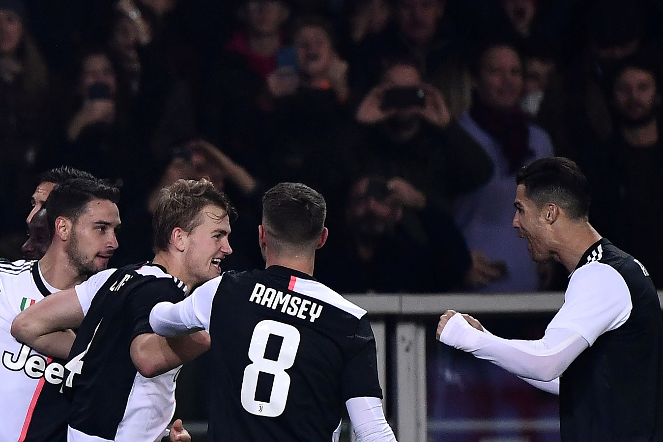 De Ligt wordt gefeliciteerd door onder andere Cristiano Ronaldo.