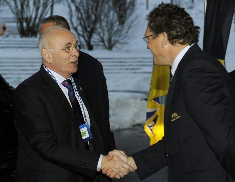 Van Praag (l) schudt de hand van FIFA-secretaris Jerome Valcke. Beeld ANP