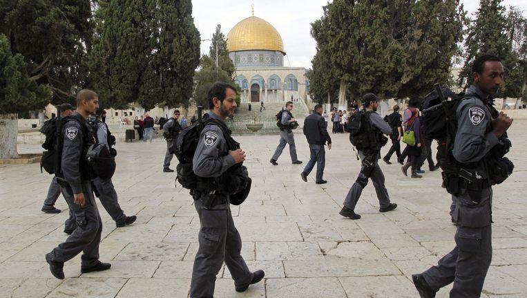 Israëlische soldaten bewaken bezoekers aan de Tempelberg. Beeld ap