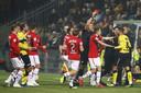 Peter van Ooijen (r) moet met rood van het veld.