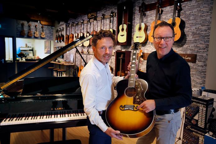 Hans Sommer (links) en René Meulmeester in de nieuwe muziekwinkel.