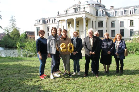 De organisatoren van Tuin & Sfeer met evenementenschepen Lisbet Bogaert en groenschepen Caroline Maertens aan kasteel Blauwhuis.