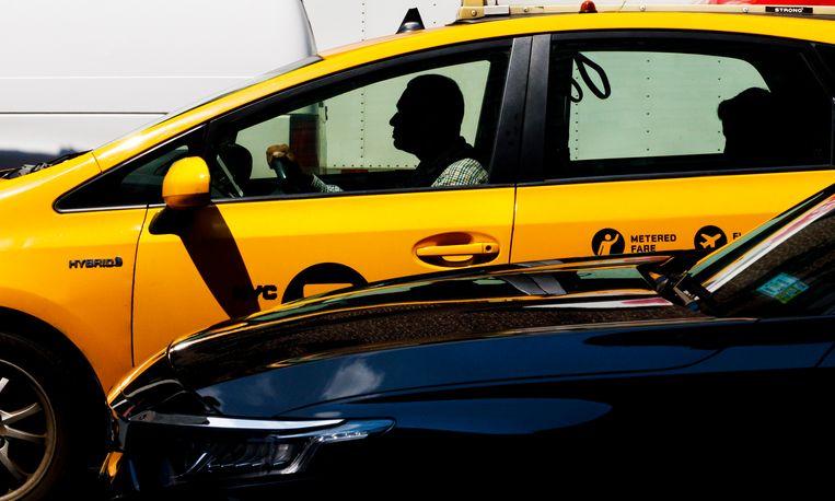 Een taxi op Second Avenue in New York. De gele taxi's zijn in de minderheid. Ook is de waarde van een vergunning voor een gele taxi gekelderd. Beeld EPA
